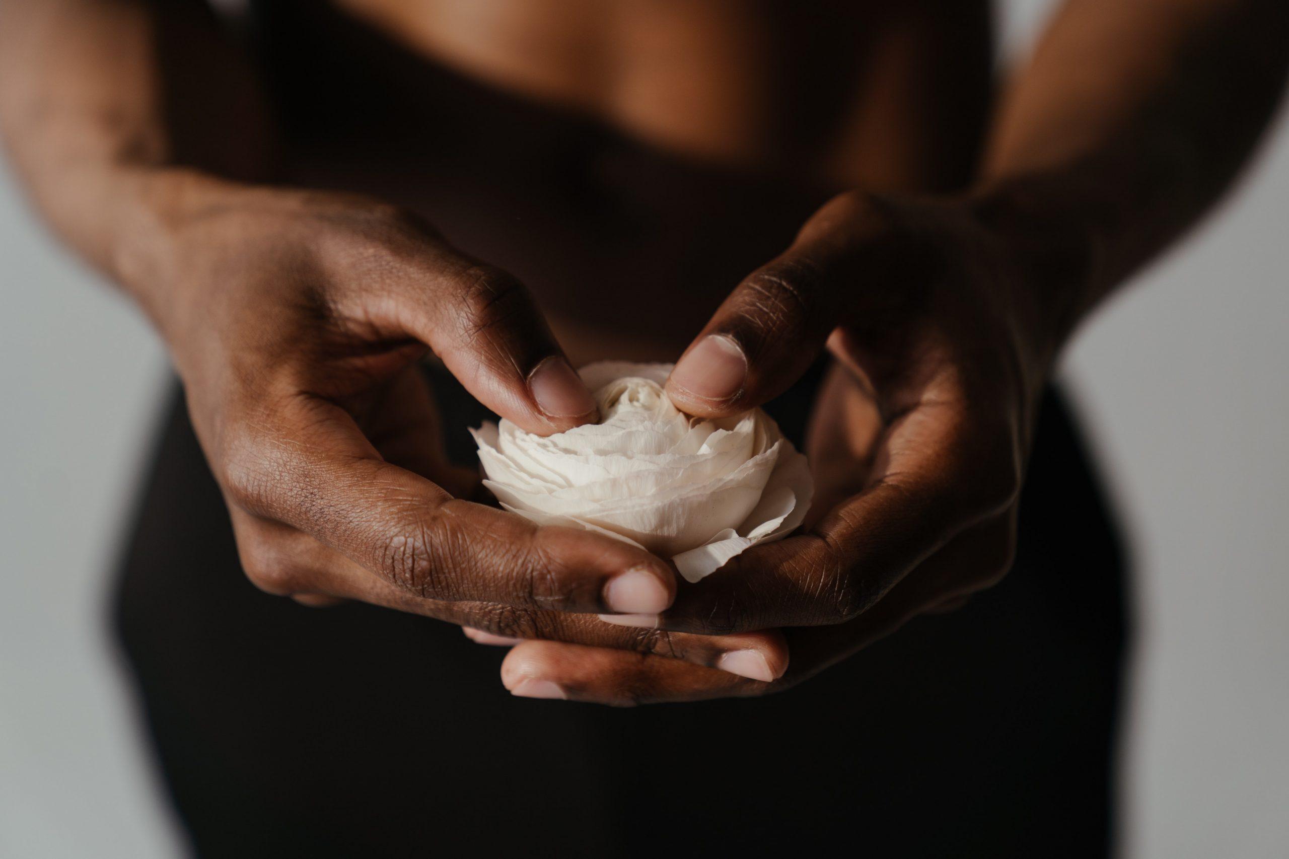 Comment prendre soin de ses mains naturellement ?